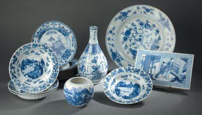 Neuf assiettes en porcelaine bleu blanc Chine,...