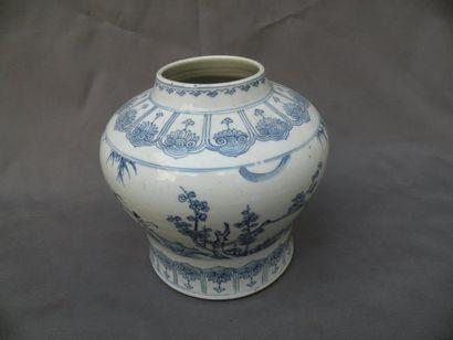 Vase en porcelaine bleu blanc Chine, dynastie...