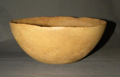 Coupe profonde hémisphérique. Calcite jaune. Art sumérien, IVe millénaire av. J.-C....