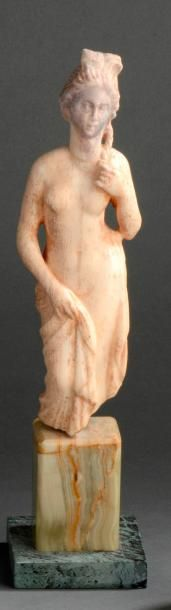 Statuette représentant la déesse Vénus pudique...