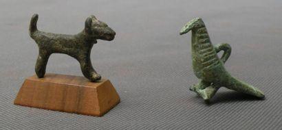 Ensemble comprenant deux statuettes représentant un mammifère et un oiseau. Bronze,...