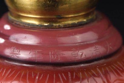 Chandelier en verre blanc et overlay rouge Chine, marque et époque Qianlong (1736-1795)...
