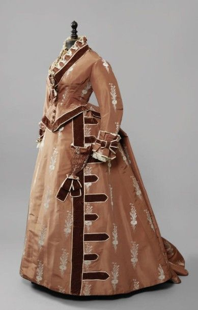 Robe d'après-midi, vers 1875, taffetas caramel...