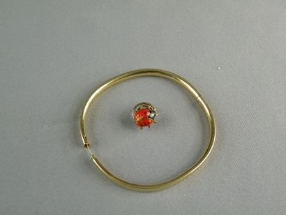 Lot en or jaune (750) composé d'une épinglette en or jaune (750) stylisée d'une...