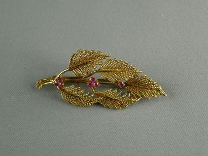 Broche en or jaune (750) stylisée d'un rameau...