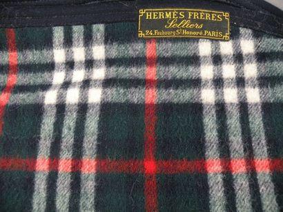 HERMES Frères Plaid de meneur en lainage écossais et cuir. (accidents).