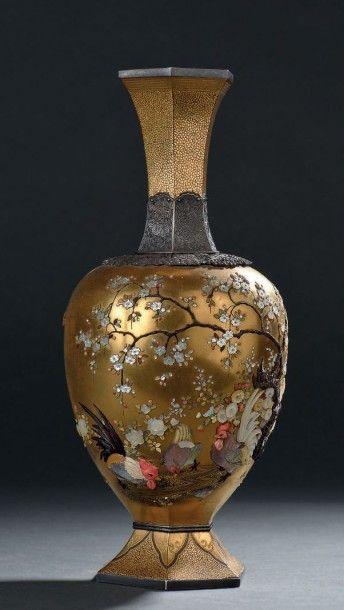 Vase en laque or, argent et incrustations...