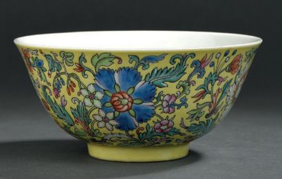 Bol en porcelaine de la famille rose Chine,...