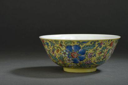 Bol en porcelaine de la famille rose Chine, dynastie Qing, marque à six caractères...
