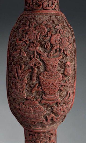 Sceptre ruyi en laque rouge sculptée Chine, époque Qianlong (1736-1795) La tête...