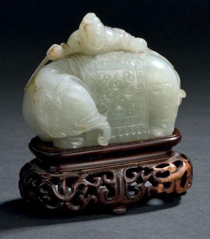 Groupe en jade céladon pâle sculpté Chine,...