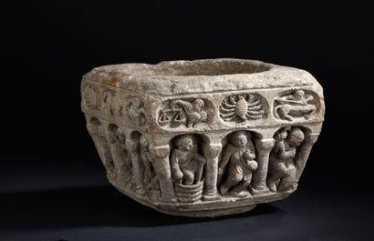 Rare bénitier en pierre calcaire sculptée...