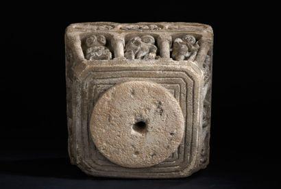 Rare bénitier en pierre calcaire sculptée toutes faces. De forme légèrement trapézoïdale,...