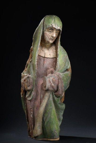 Vierge de calvaire en bois sculpté et polychromé....