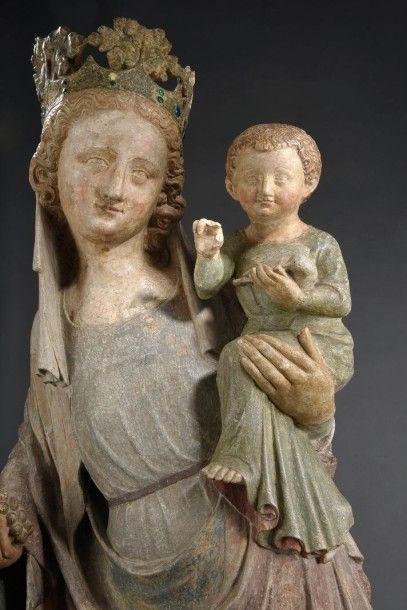 Exceptionnelle Vierge à l'Enfant en pierre calcaire sculptée en ronde-bosse et en...