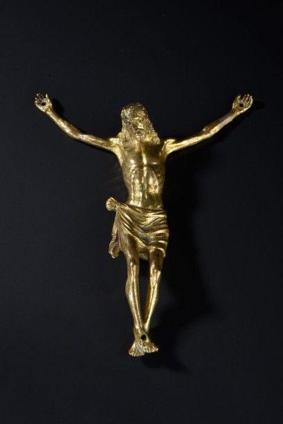 Christ en bronze ciselé et doré. Tête légèrement...