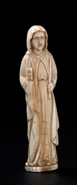 Sainte femme en ivoire sculpté tenant un...