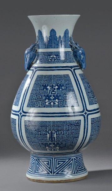 Grand vase en porcelaine bleu blanc, Chine,...
