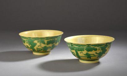 Paire de bols en porcelaine émaillée vert...
