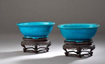 Paire de coupes en porcelaine émaillée turquoise...