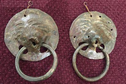 Deux anses à tête de lion en bronze, époque...