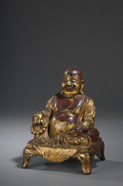 Statuette de Budai en bronze laqué rouge...