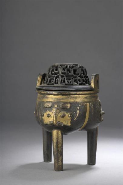 BRÛLE-PARFUM TRIPODE en bronze partiellement...