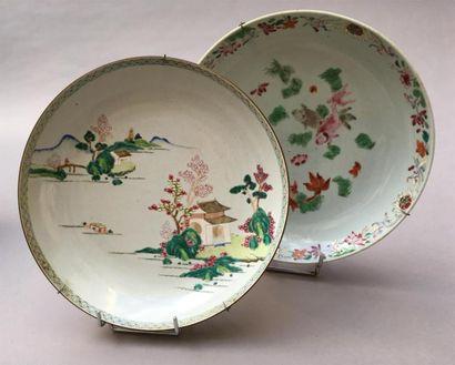Deux plats creux en porcelaine famille rose...