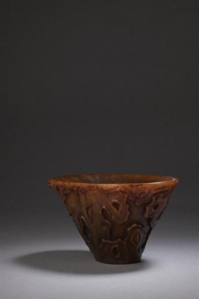 Coupe libatoire en corne de rhinocéros sculptée...