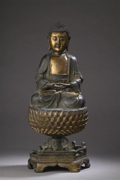 STATUE DE BOUDDHA assis sur un lotus en bronze partiellement doré Chine, époque...