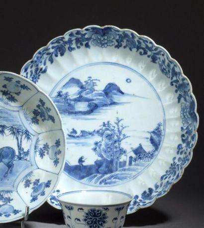 Plat en porcelaine bleu blanc Chine, XVIIIe...