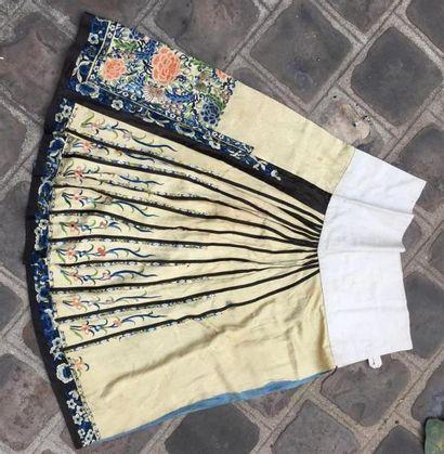 ROBE ET JUPE en soie brodée Chine, circa 1900 / 1910 la jupe en soie beige brodée...