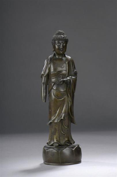 STATUETTE DE BOUDDHA en bronze Chine, XIXe siècle Représenté debout sur un lotus,...