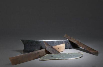 LOT DE CINQ LAMES CEREMONIALES EN JADE de style archaïque Chine De formes diverses,...