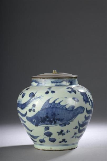 Petite jarre en porcelaine bleu blanc monté...