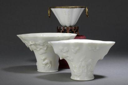 PAIRE DE COUPES libatoires en porcelaine...