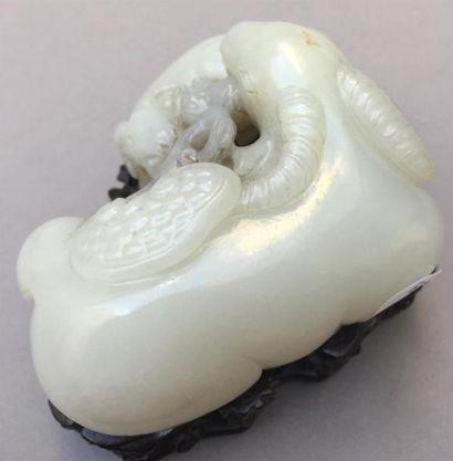 Groupe en jade blanc sculpté Chine Représentant un bélier couché, tenant dans sa...