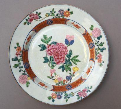 Plat en porcelaine famille rose Chine, XVIIIe...