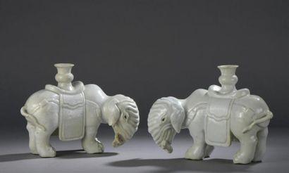 Paire d'éléphants en porcelaine monochrome...
