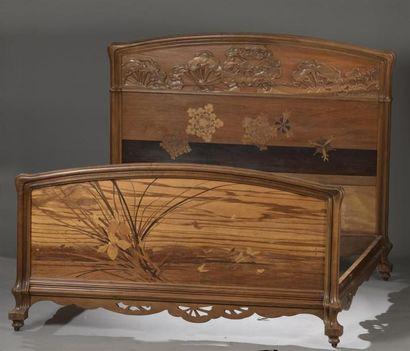 Émile GALLÉ (1846-1904) Lit aux Ombelles En noyer mouluré et sculpté. Tête de lit...