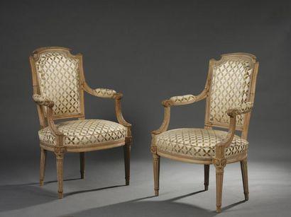 Paire de fauteuils en bois mouluré et sculpté...