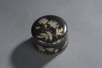 Boîte en fer laqué et incrusté d'or et d'argent d'époque Louis XV De forme ronde...