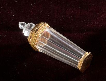 Flacon couvert en cristal à monture en or...