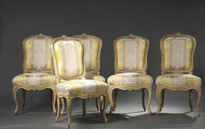 Ensemble de cinq chaises en bois mouluré...