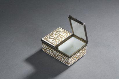 Boîte en émail doré d'époque Louis XV De forme rectangulaire. Elle ouvre à deux...