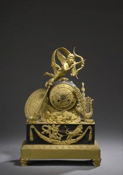 Pendule en bronze patiné et doré, d'époque...