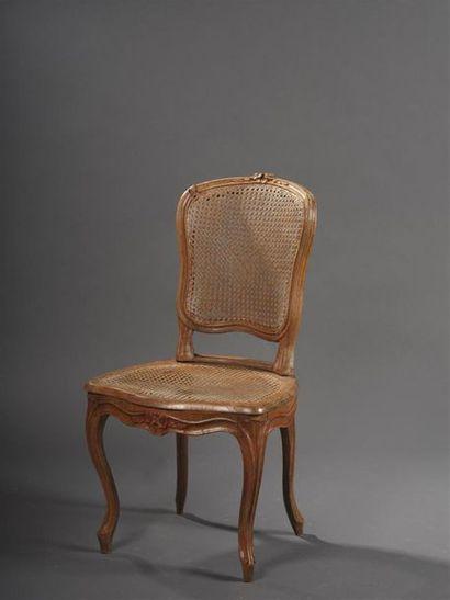 Chaise en hêtre mouluré et sculpté, d'époque...