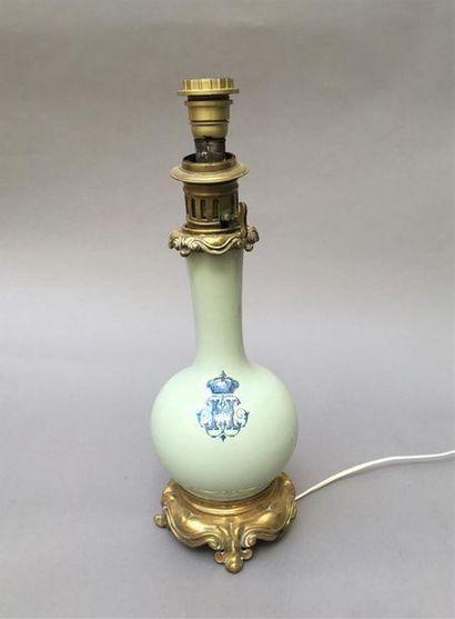 Lampe à pétrole en porcelaine céladon au...