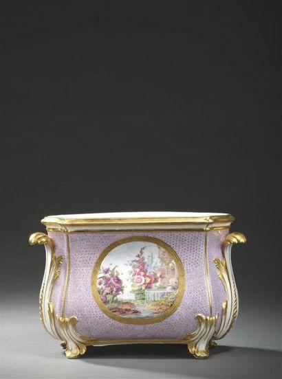 Sèvres, XVIIIe siècle, 1779 Cuvette à fleurs Courteille en porcelaine tendre de...