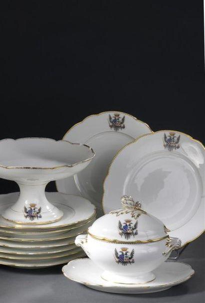 Service en porcelaine armoriée, composé de vingt-deux assiettes plates, trois présentoirs,...